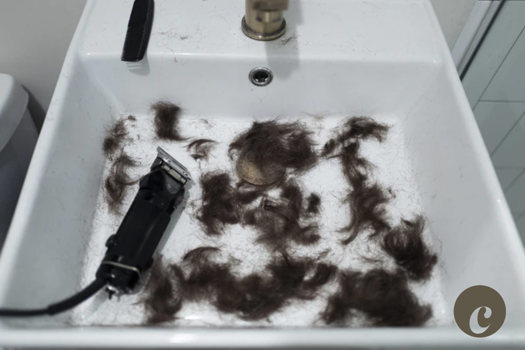 mansacping hair clippers trimmings hair in sink
